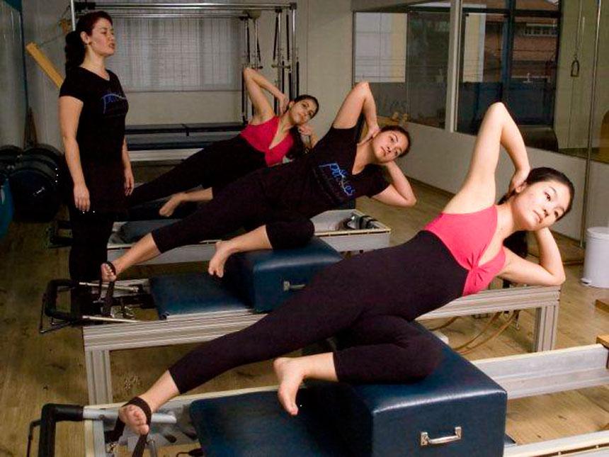 Como conduzir uma aula de Pilates através do comando verbal