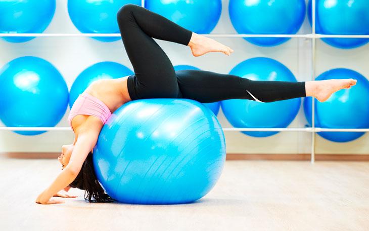Treino de Pilates: 10 exercícios incríveis para fortalecimento abdominal com bola
