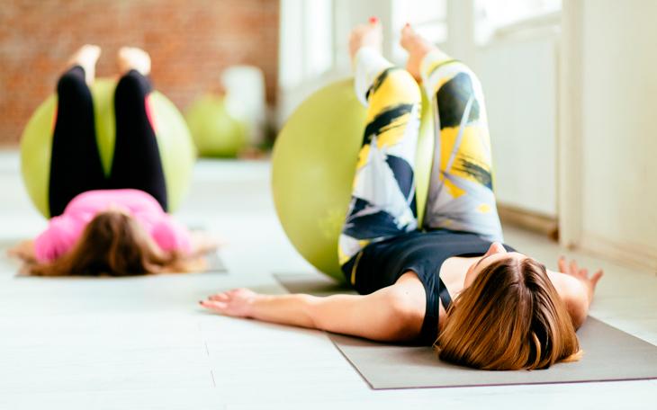 Exercícios de Pilates na Bola: Como Reabilitar a Dor na