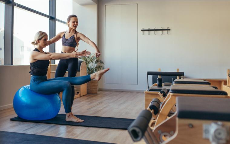 Exercícios de Pilates com bola Fitball