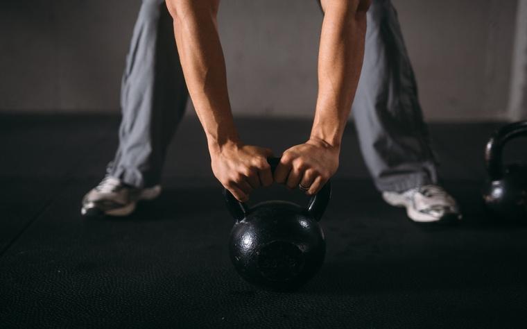 Conheça 17 exercícios realizados com Kettlebell e aprenda a trabalhar força e cardio