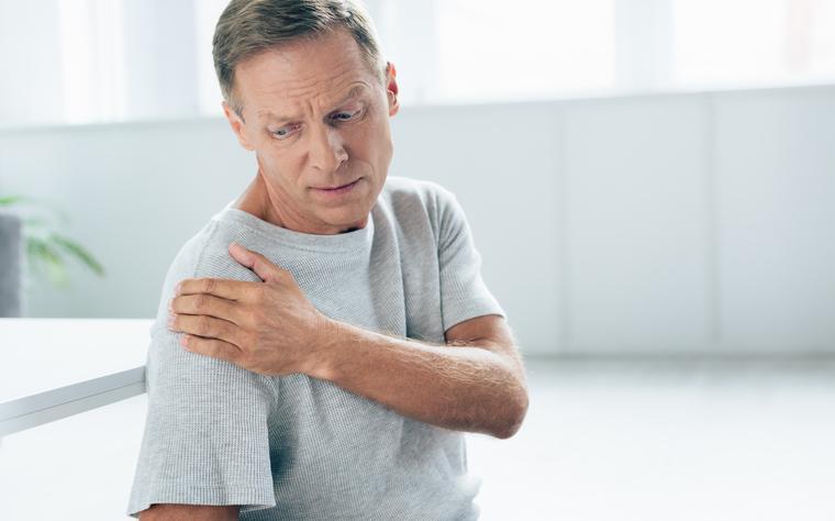 Os 4 melhores exercícios para alunos com dor no ombro e hipercifose